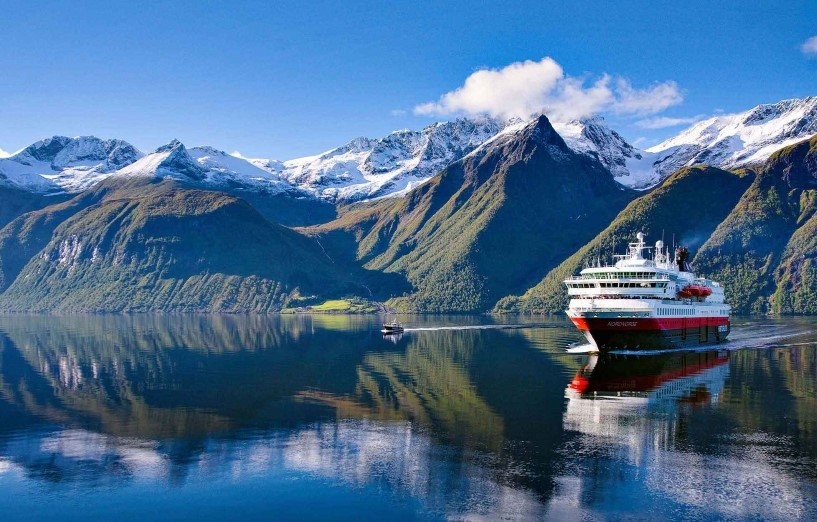 In autumn we sail into the beautiful Hjørundfjord